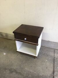 Brown wooden 2-drawer nightstand/ side table  London, N5V