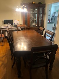 Hutch and table w/ chairs 2337 mi