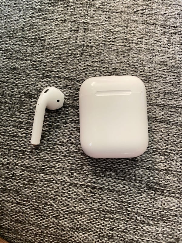 Airpods 2 right earpiece and charging case 17ec49a2-9562-4717-8372-631a8f0111ad