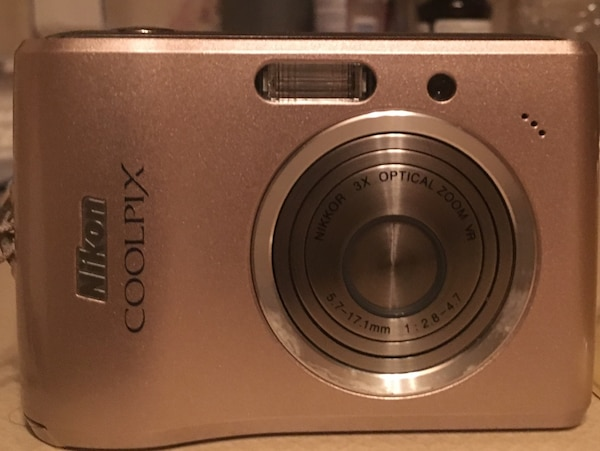 Nikon Coolpix L15 digital camera with carrying case