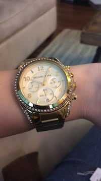 round gold-colored chronograph watch with link bracelet New York, 10027