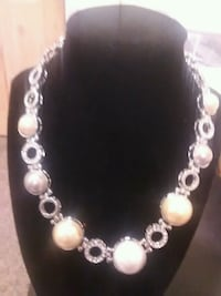 beige pearl beaded silver-colored necklace