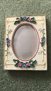 5x7 picture frame. Oval is 3 x 5 Somerset, 15501