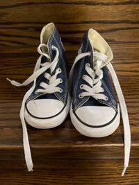 Great used condition converse boys shoes. Size