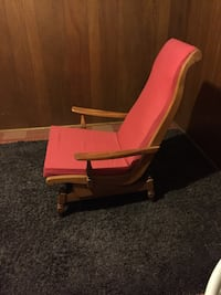 brown and pink arm chair \