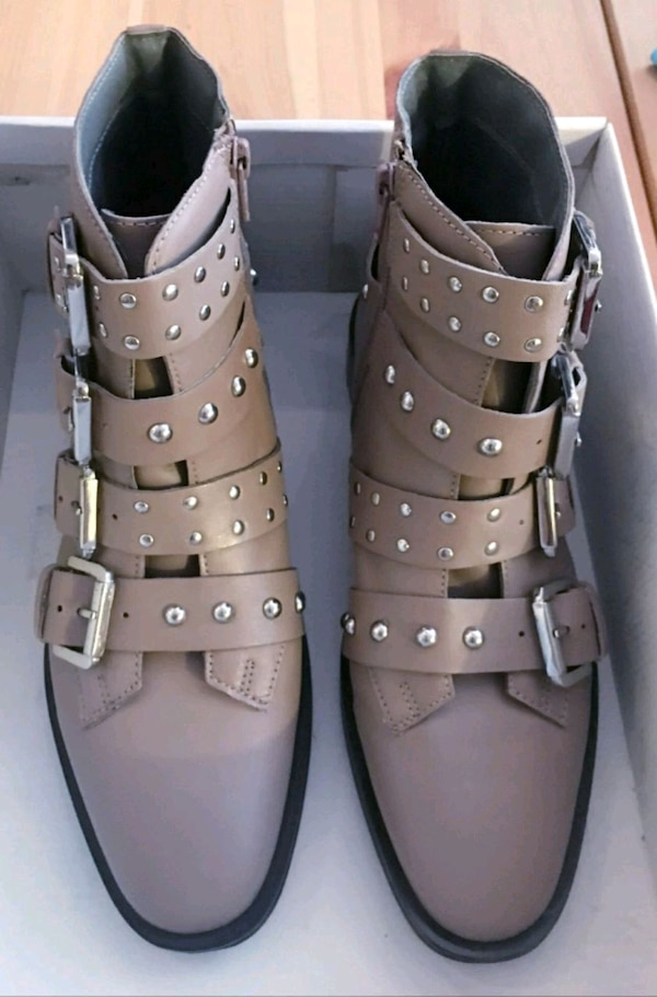 New sz 7.5 leather buckle boots