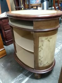 Oval end table  Missouri City, 77489