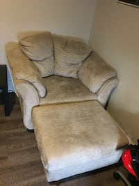 Reading/gaming chair with footrest London, N6A 3K8