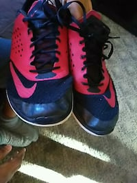 pair of black-and-red Nike basketball shoes Xenia, 45385