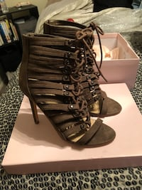 Pair of olive gladiator sandals size 8 Amarillo, 79124