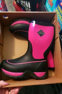Youth muck boots size 4  Grottoes, 24441