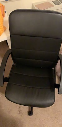 black leather padded armchair with brown wooden frame 阿灵顿, 22202