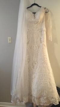 Women's white long sleeved floral laced bridal gown its a adjustable İts custom made Mississauga, L5B 4G7