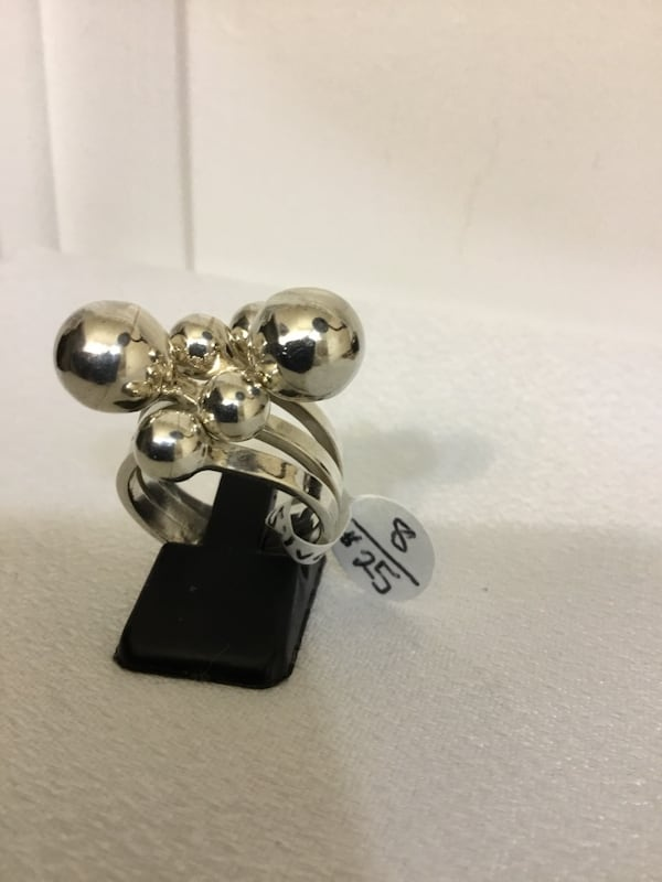 Beautiful Sterling Silver Ring, Size 8, Excellent Condition d0489487-3930-4fc2-9af6-de596901026e