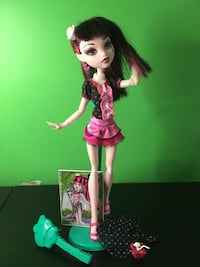 Monster High Draculaura Skull Shores Doll and Day at the Maul Package Calgary, T3B 3H1