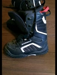 pair of black-and-white snowboard boots screenshot 539 km
