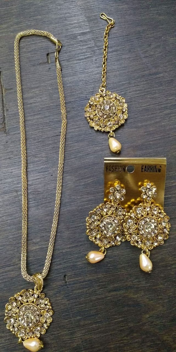 Necklace, earring and head bindi. 65b27caf-6eac-4876-a470-c3aa029cc0ab