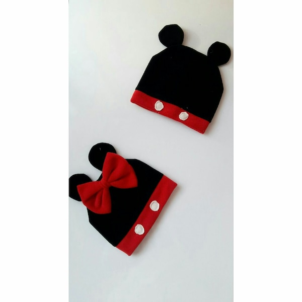 Mickey Mouse ve Minnie Mouse bere şapka