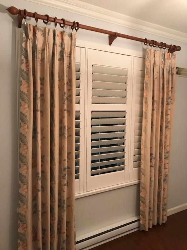 Curtain + rod.  Rod is 6 ft wide. good condition 96766bbd-f842-4190-8ce1-e221d843ed75