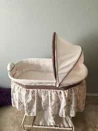 white and gray floral bassinet Albuquerque, 87111