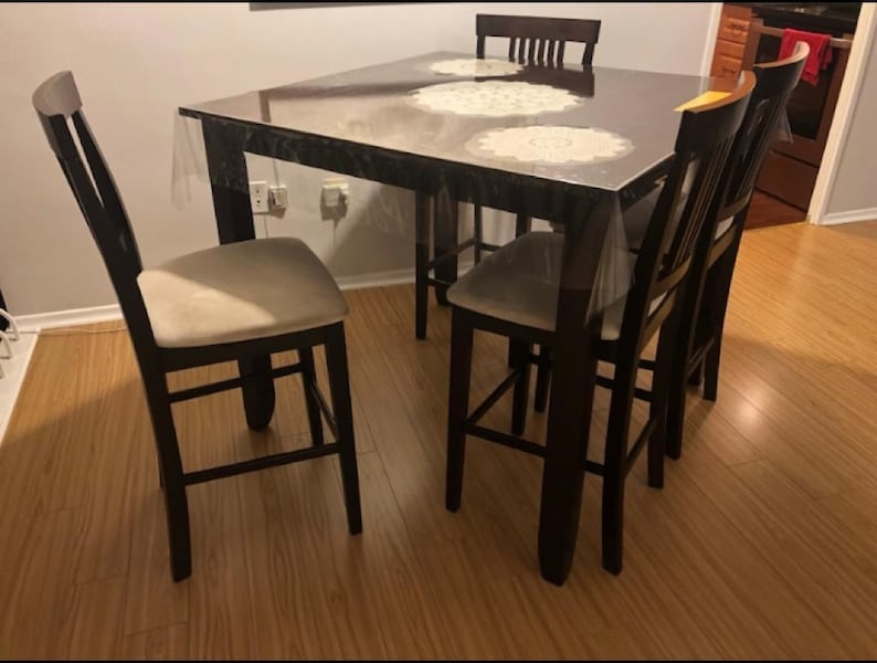 Excellent Dining Set - table and 4 chairs 3347d80b-293e-4e66-b53b-b8dc1e1b7e6b