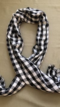NWT Forever 21 Women's scarf plaid white and black Bolingbrook, 60490