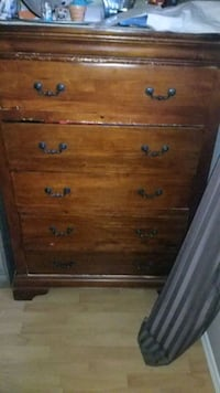 Furniture / 2 Nightstand and 5 drawer chest of drawer