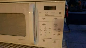 White microwave in good  working conditions. GE Sp