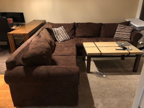 Sectional Couch d58eb6f5-1f19-4564-af84-dba19e7c7ba6