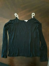 Off shoulder shirt  Youngstown, 44509