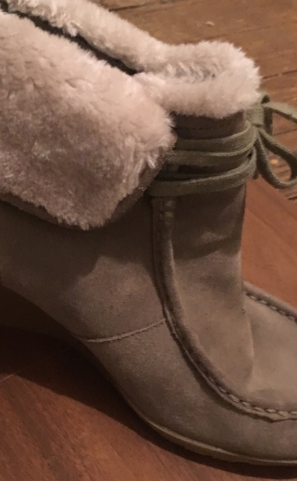 White Mountain suede boot with gumsole and fold down fur cuff. size 11 fdcad328-253e-4447-8923-39358bfcb8ba