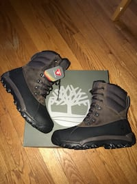 pair of black-and-gray snowboard boots 76 km