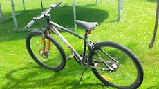 Svart hardtail mountainbike