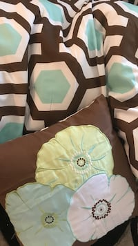 Twin full comforter set with accent pillow