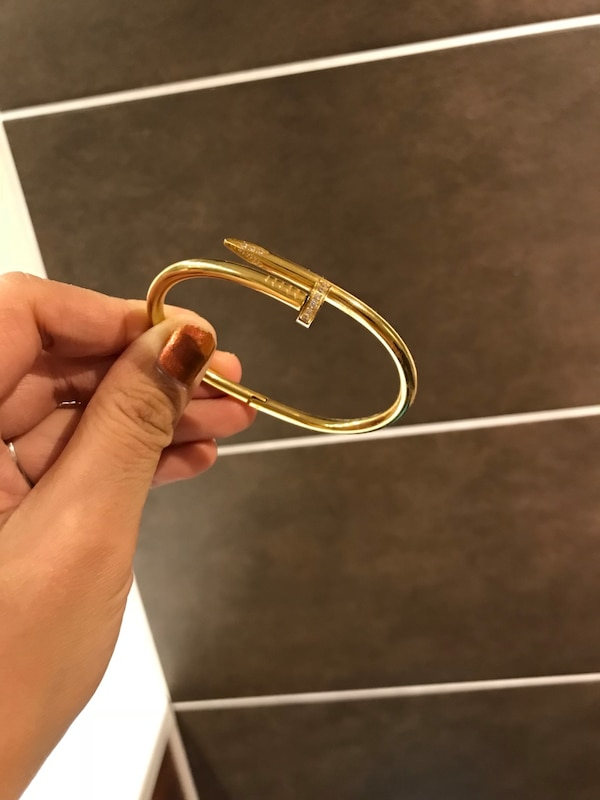 sølvfarget nagelbangle