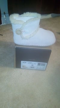 toddler's unpaired white UGG sheepskin boot with box Annandale, 22003
