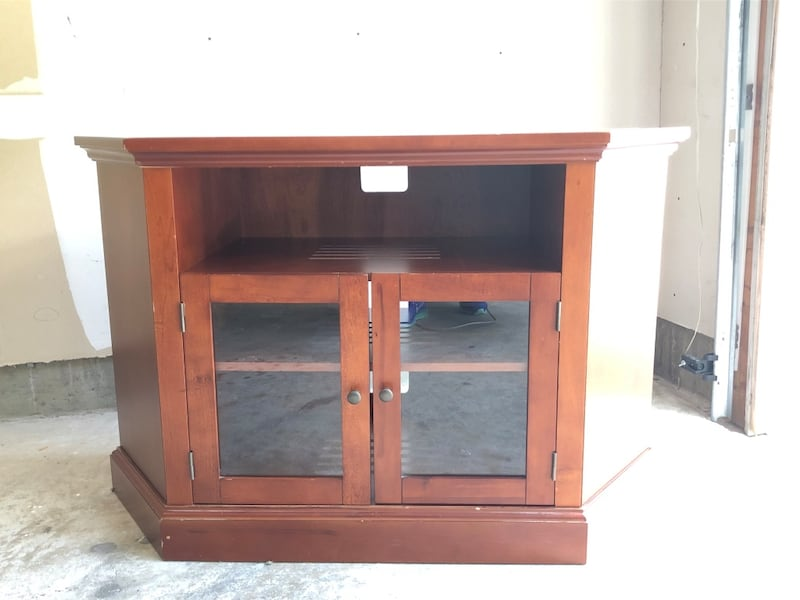 TV console with two shelves and glass doors 4dced2fd-634a-44a9-b826-e38d14d3d2e8