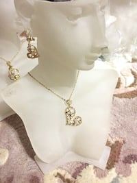 Gold heart shaped pendant necklace and earrings 多伦多, M1W 3J7