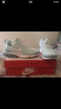 Pair of white nike running shoes with box Houston, 77032
