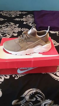 pair of gray Nike Huarache shoes with box 535 mi