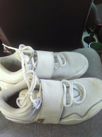 pair of white Nike running shoes Maxton, 28364