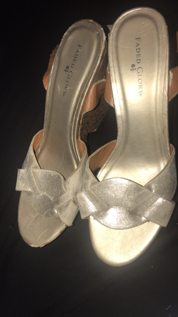 Pair of gray open toe ankle strap heels c2331d84-b33b-4f40-8404-d55ac4a46c97