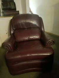 Brown leather recliner. Great condition.   Snohomish, 98290