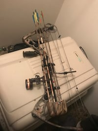 Black and brown compound bow Lansing, 48915