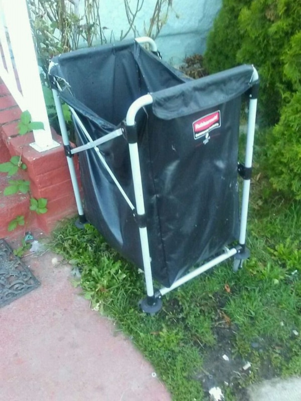 Rubbermaid Commercial laundry cart 03579e11-c0d3-4752-9aea-ed67701dbe43