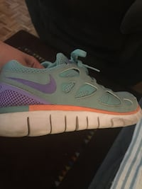 unpaired gray and white Nike running shoe Montréal, H3E