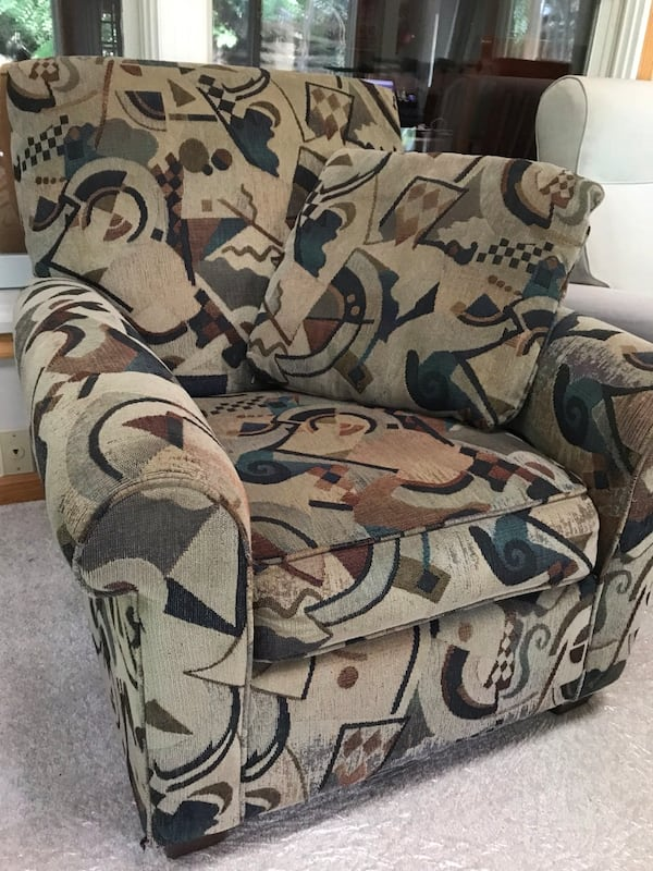 Accent chair with pillow (good condition) c319685f-5294-4013-823b-b7fb94db4cf6