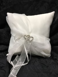 "7"" x 7"" pillow with organza and crystal hearts"