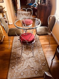 Beautiful Vintage distressed Bistro table and 4 chairs