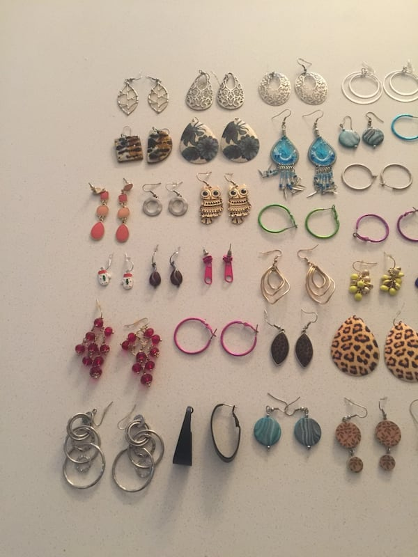 Collection of 36 pairs of earrings. b4a283ab-2c44-4cc0-8c09-584d144bfe33